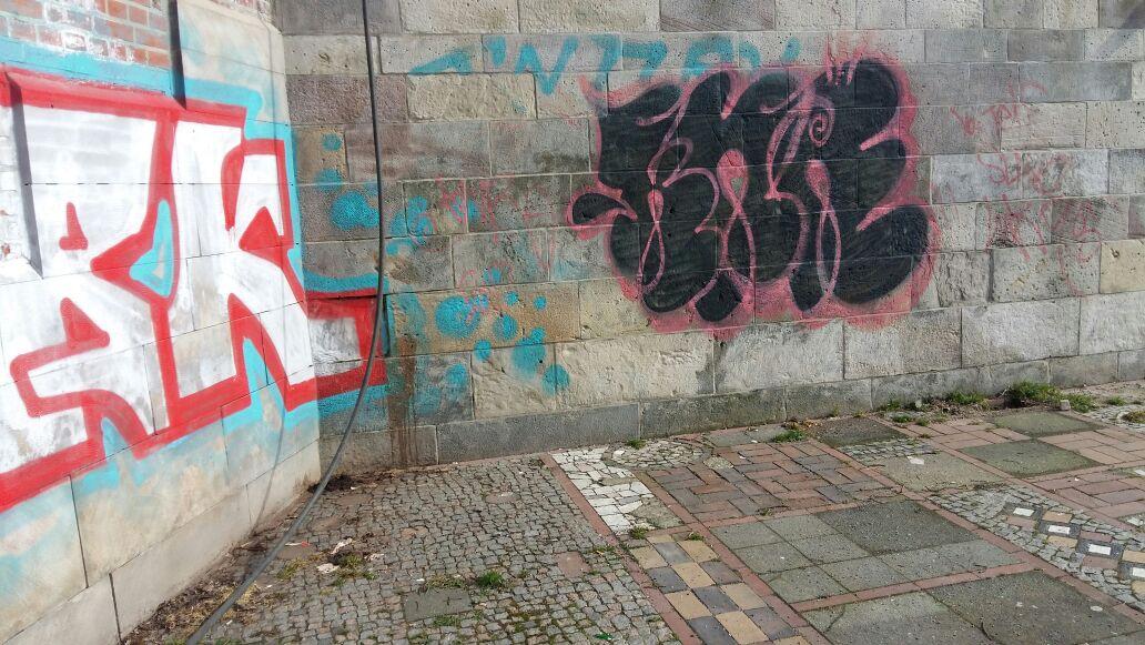 Graffiti-Kunst (?) an der Mauer Am Hohen Ufer - einfach nur ärgerlich